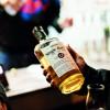 Békési-whisky-kezben